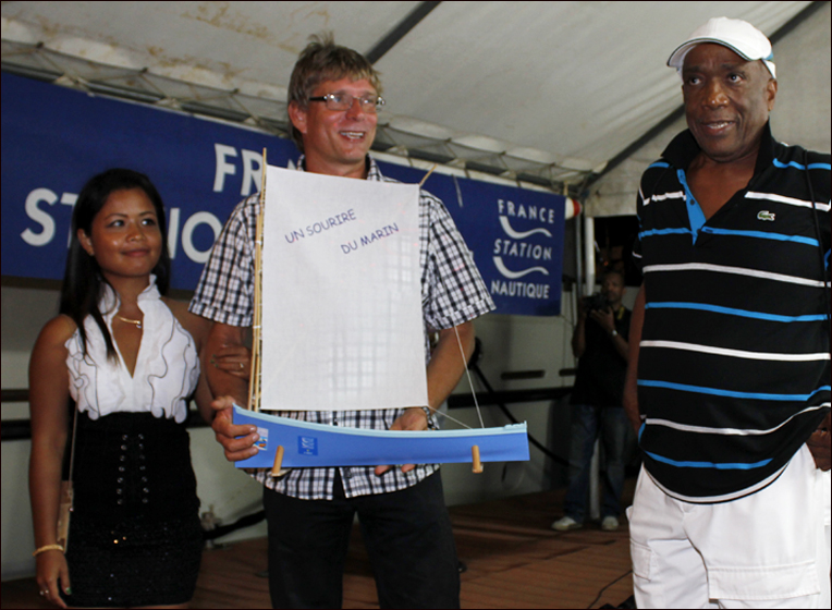 Farewell party: Oliver and Nera from BLUE PEARL are given a prize by Mr Bilny, vice-president of the Tourism Office of Le Marin, to acknowledge their help with communcations via SSB during the crossing - Photo: Jean-Luc Gourmelen