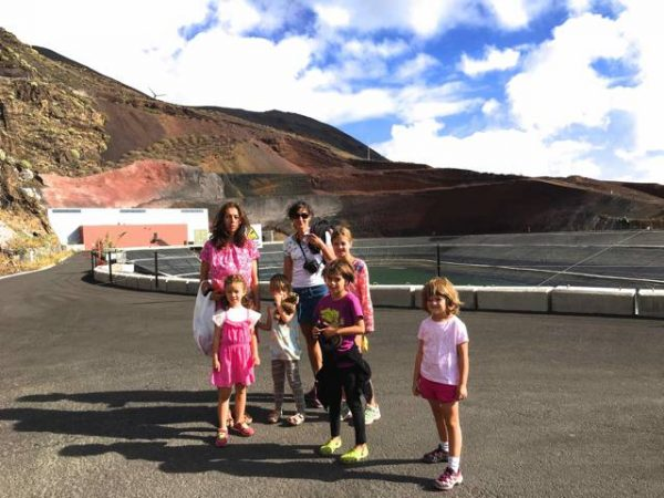 Young visitors at the lower reservoir with the turbine hall in the background